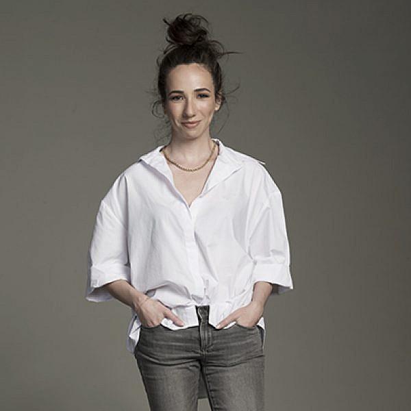 דינה: מכנסיים וחולצה זארה | צילום: עידו לביא | סטיילינג: מזל חסון | איפור: אסתריק | שיער: בועז עוזרי