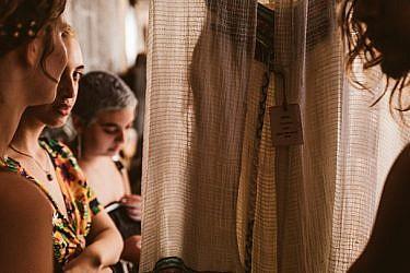 מתוך הפרויקט ״איננה עוד״ המציג את סיפורן של הנשים הנרצחות דרך הבגדים האהובים עליהן | צילום: אבירם בר עקיבא