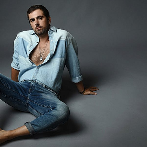 ג'ינס וחולצה ג'י סטאר, תכשיטים Jackie O | צילום: מאיר כהן