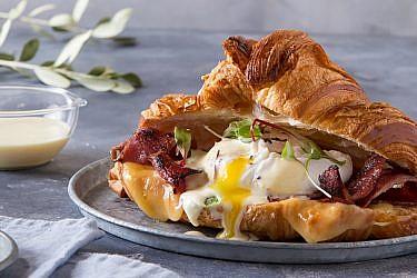 קרואסון עם כתף בקר, גבינת גאודה, ביצים עלומות והולנדז הדרים | צילום: שרית גופן | סטיילינג: תמי סגל