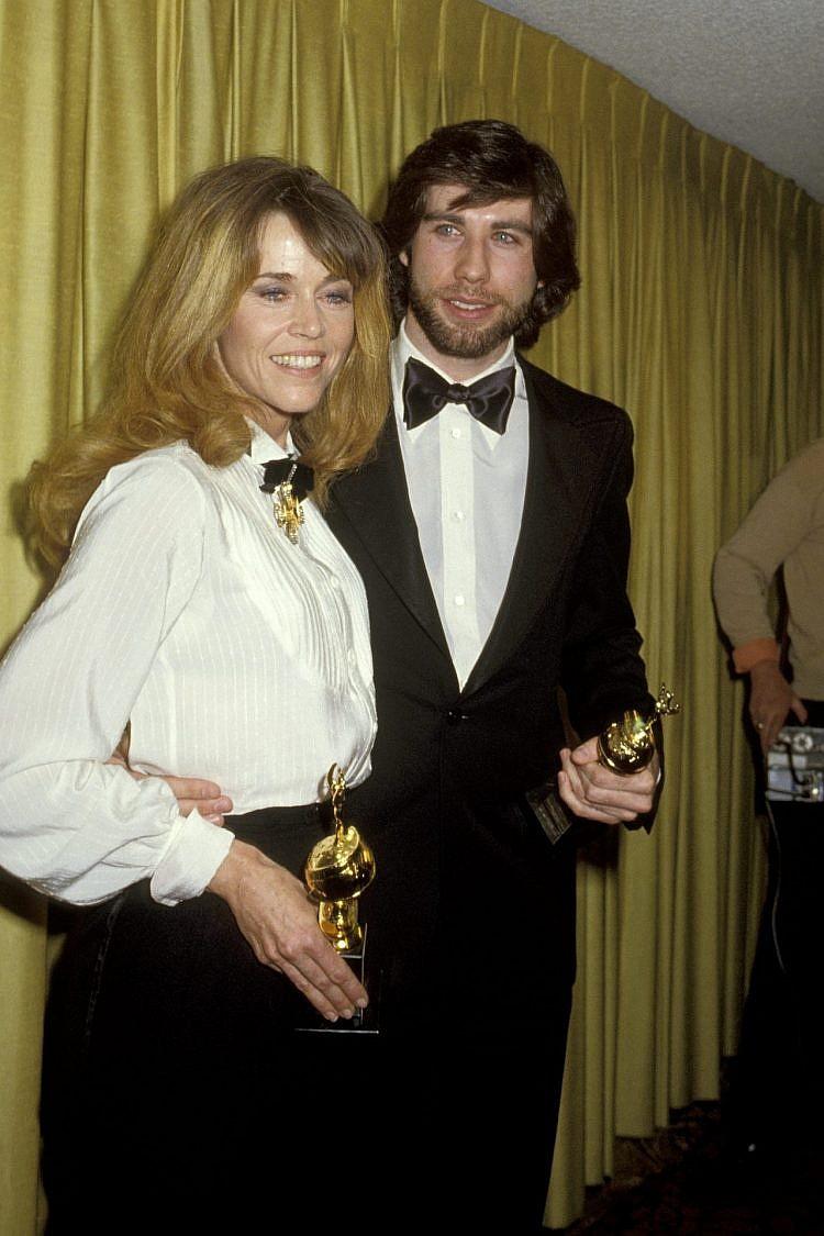 פונדה בטקס גלובוס הזהב בשנת 1979 עם חליפה שהיינו שמחות ללבוש גם היום. וכן, הבחור לצידה הוא לא אחר מג'ון טרבולטה | צילום: Gettyimages/Ron Galella