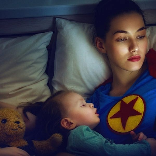 גם סופר אמא צריכה כמה דקות לבד מול המחשב | צילום: Shutterstock