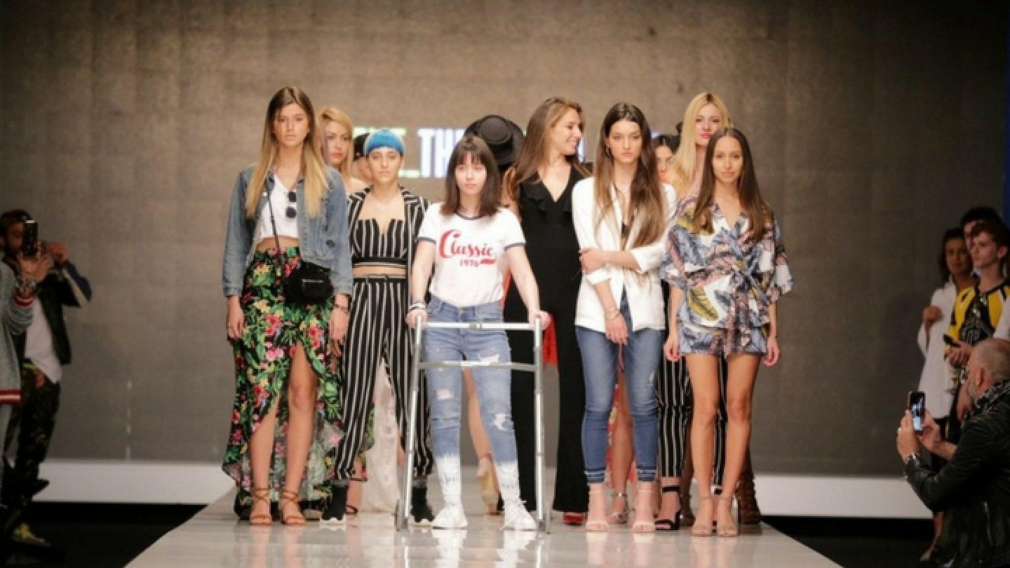 אלונה נאומוב בתצוגה של טוונטיפורסבן בשבוע האופנה תל אביב 2018 | צילום: אדריאן סבל