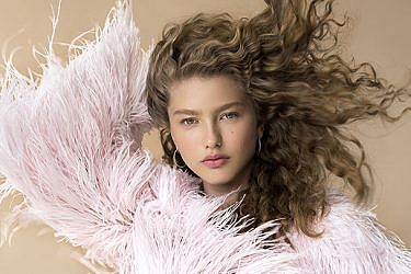 דורית רבליס לובשת חולצה של אביתר מאיור ותכשיטים של רויאלטי | צילום: עידו לביא, סטיילינג: ראובן כהן