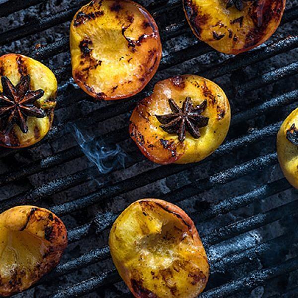 אפרסקים במרינדת ויסקי ודבש | צילום: אנטולי מיכאלו, סטיילינג: דינה אוסטרובסקי וירדן יעקובי