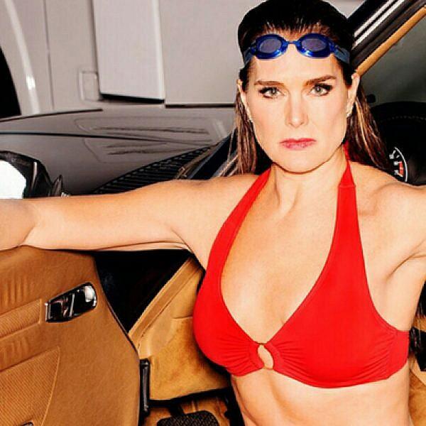 ברוק שילדס בקמפיין בגדי הים החדש של Swimsuits For All | צילום: טוני קלי