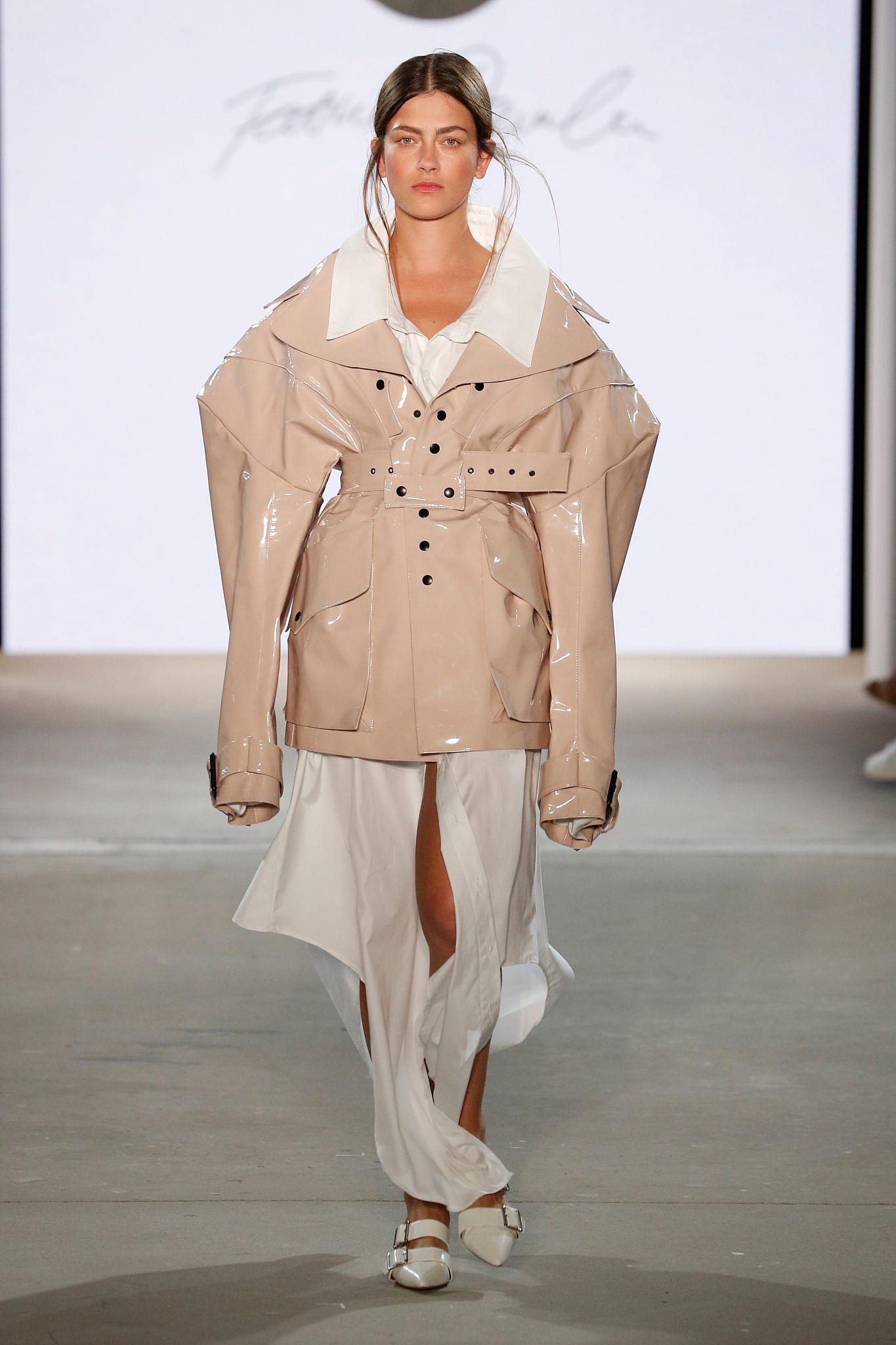 זה לא באמת עור, זה טבעוני: תצוגתאופנה של המעצבת פטימה דניאלסון, מתוך האירוע Designer For Tommorow בתמיכתה של המעצבת הטבעונית סטלה מקרטני | צילום: Getty Images for P&C and Fashion ID