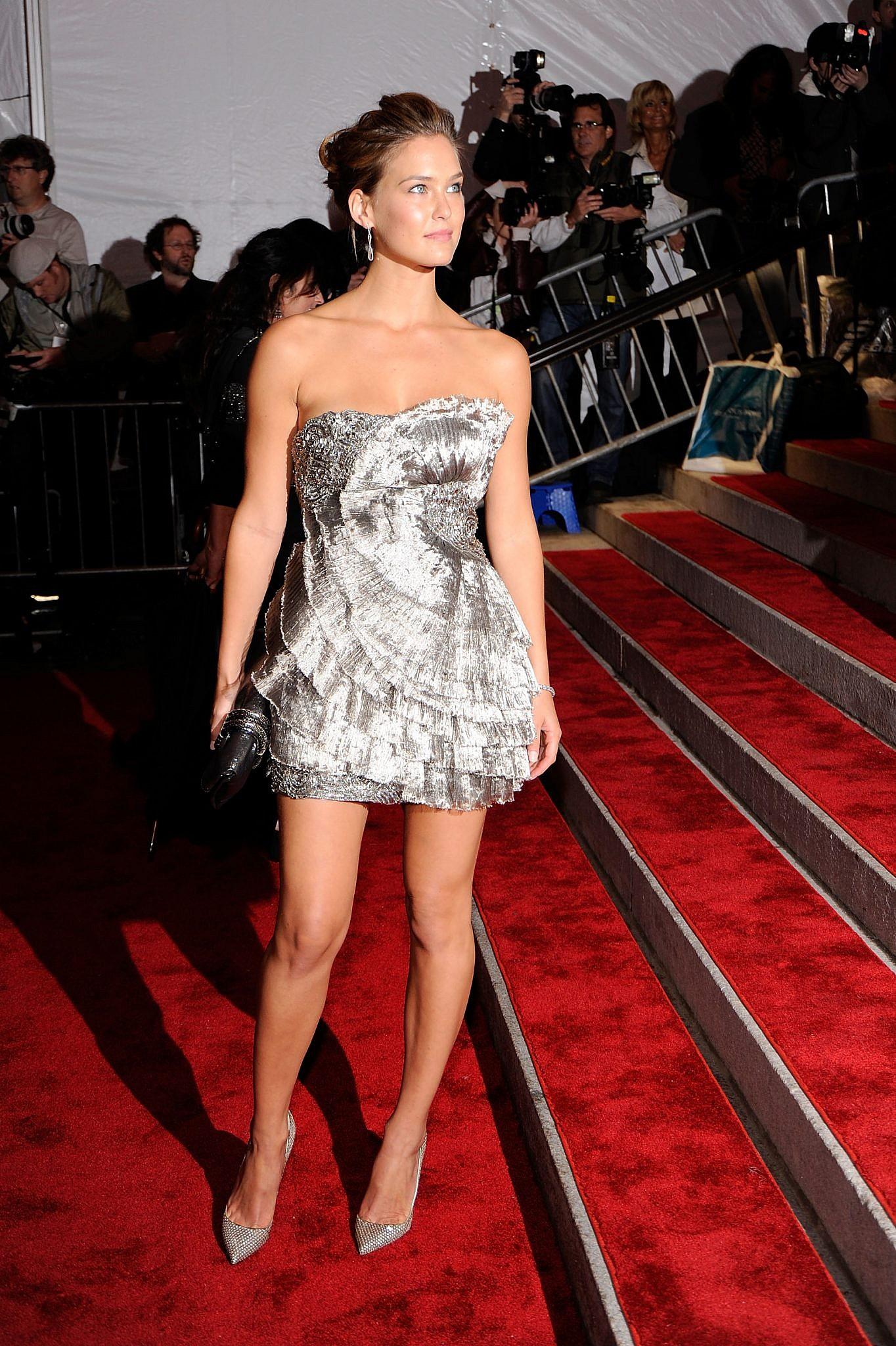 אם בשמלה הקודמת היה לנו עודף בד, הרי שכאן מדובר בבעיה ההפוכה: רפאלי בשמלת סופר-מיני של רוברטו קוואלי במט גאלה, 2009   צילום: Larry Busacca/Getty Images