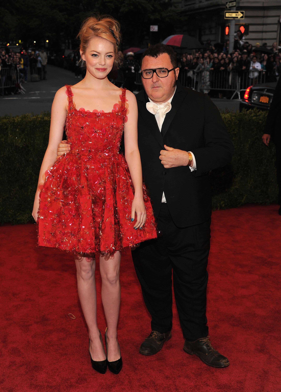 אלבר אלבז ואמה סטון שלובשת שמלה בעיצובו | צילום: Gettyimages