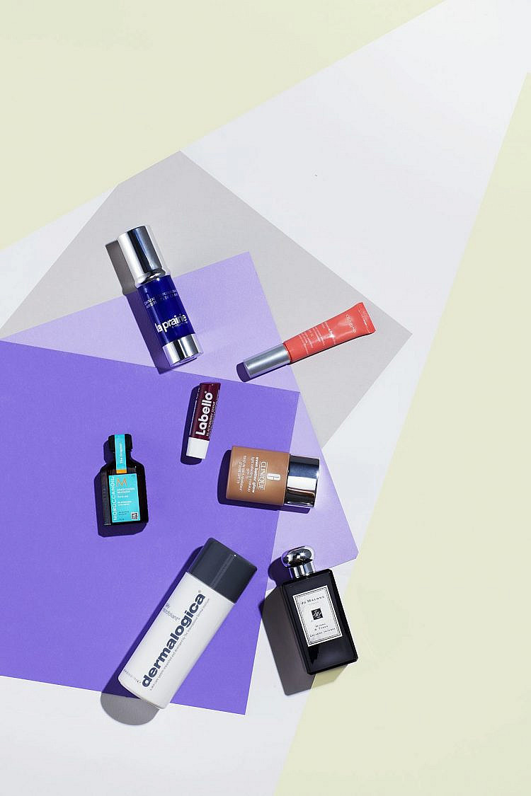 המוצרים שמסתתרים בתיק האיפור של מירי בוהדנה | צילום: רן גולני
