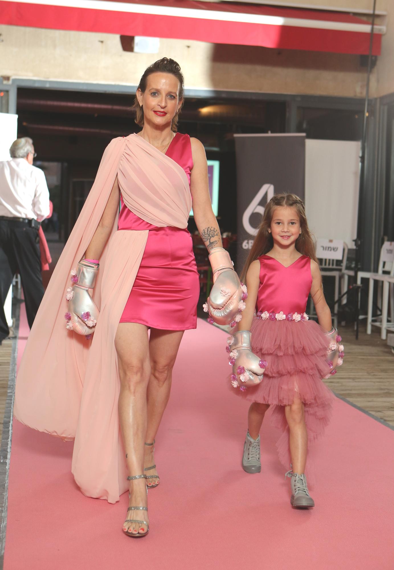 אם ובתה צועדות על מסלול תצוגת האופנה של סטודיו 6b | צילום: דביר רוזן