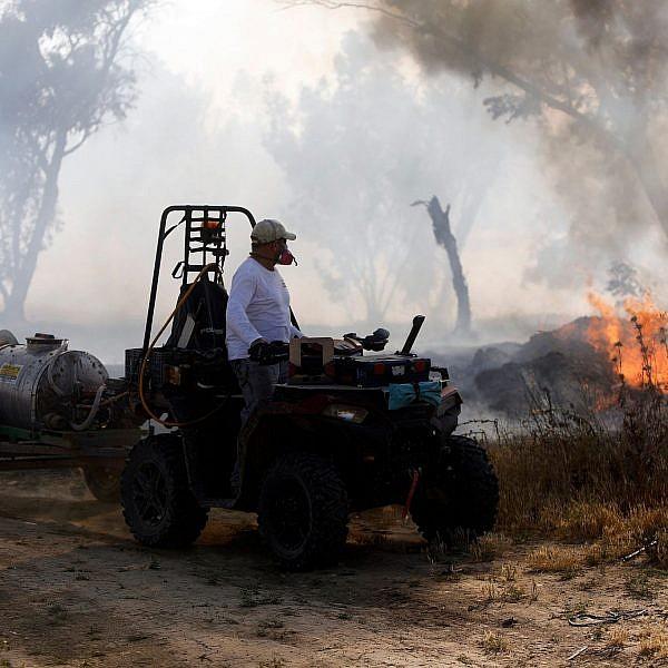 שריפה בשדה סמוך לקיבוץ בארי | צילום: מנחם כהנא/AFP/Getty Images