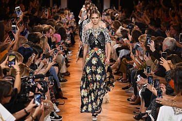 התצוגה של פאקו רבאן בשבוע האופנה פריז סתיו-חורף 2018-2018   צילום: גטי