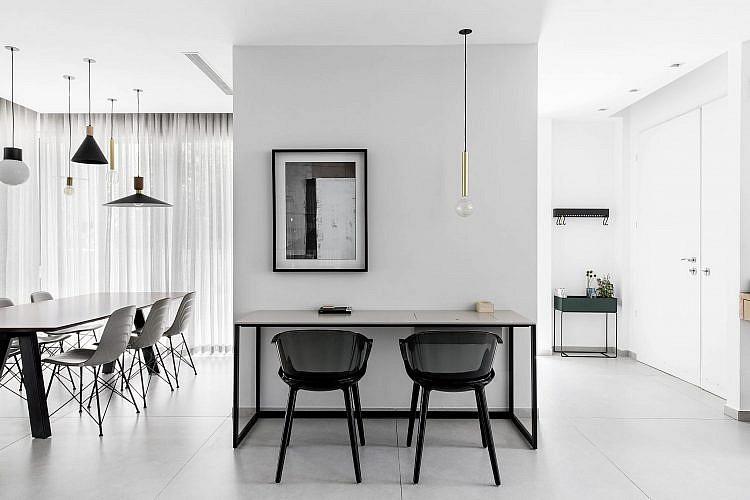 באמצע הבית פינת עבודה עם שולחן מינימליסטי בצבע קפה, אדירכלות: רז דהן, עיצוב פנים והום סטיילינג: ליבנת כהן מרין | צילום: איתי בנית