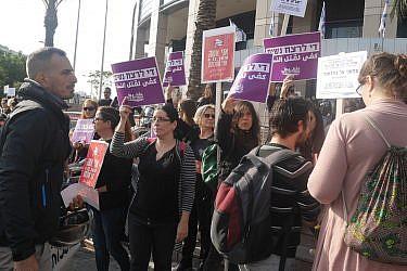 """מחאת """"אני אישה אני שובתת"""", דצמבר 2018, קריית הממשלה בתל אביב   צילום: אביב וינברגר"""