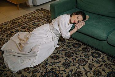 הפקה אישה נחה רננה רז. צילום: אורית פניני. סטיילינג: נועה נוז'יק