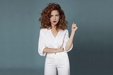 סתיו שפיר לובשת חולצה וג'ינס מ-Tres, עגילים - פדני | צילום: עדי אורני