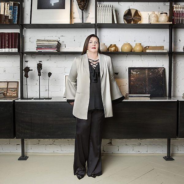 אוה מדז'יבוז' לובשת ז'קט ומכנסיים: מאיה נגרי, חולצה: גליתה, נעליים: אלדו | צילום: ענבל מרמרי, סטיילינג נטלי צ'יזיק