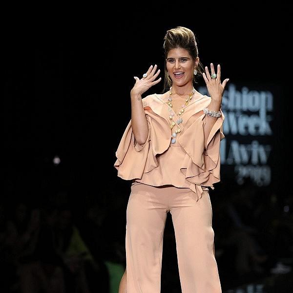שי מיקה על המסלול בתצוגה של YVEL בשבוע האופנה תל אביב 2019. צילום אדריאן סבל