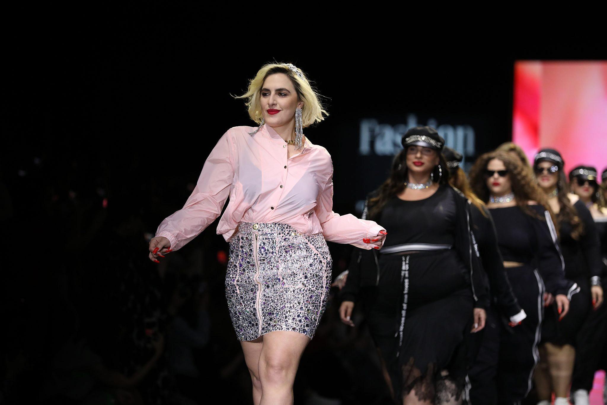 יש מקום לסוכנות פלאס סייז. ריי שגב בתצוגה של RETEMA בשבוע האופנה תל אביב 2019. צילום אדריאן סבל