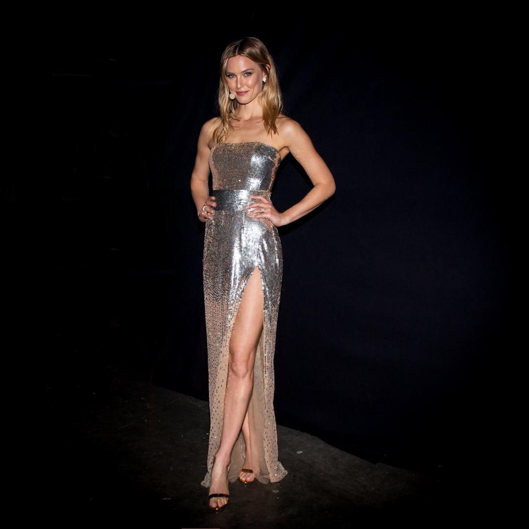 השמלה והשסע, בר רפאלי לובשת גליה להב בגמר האירווזיון   צילום: אוהד קב
