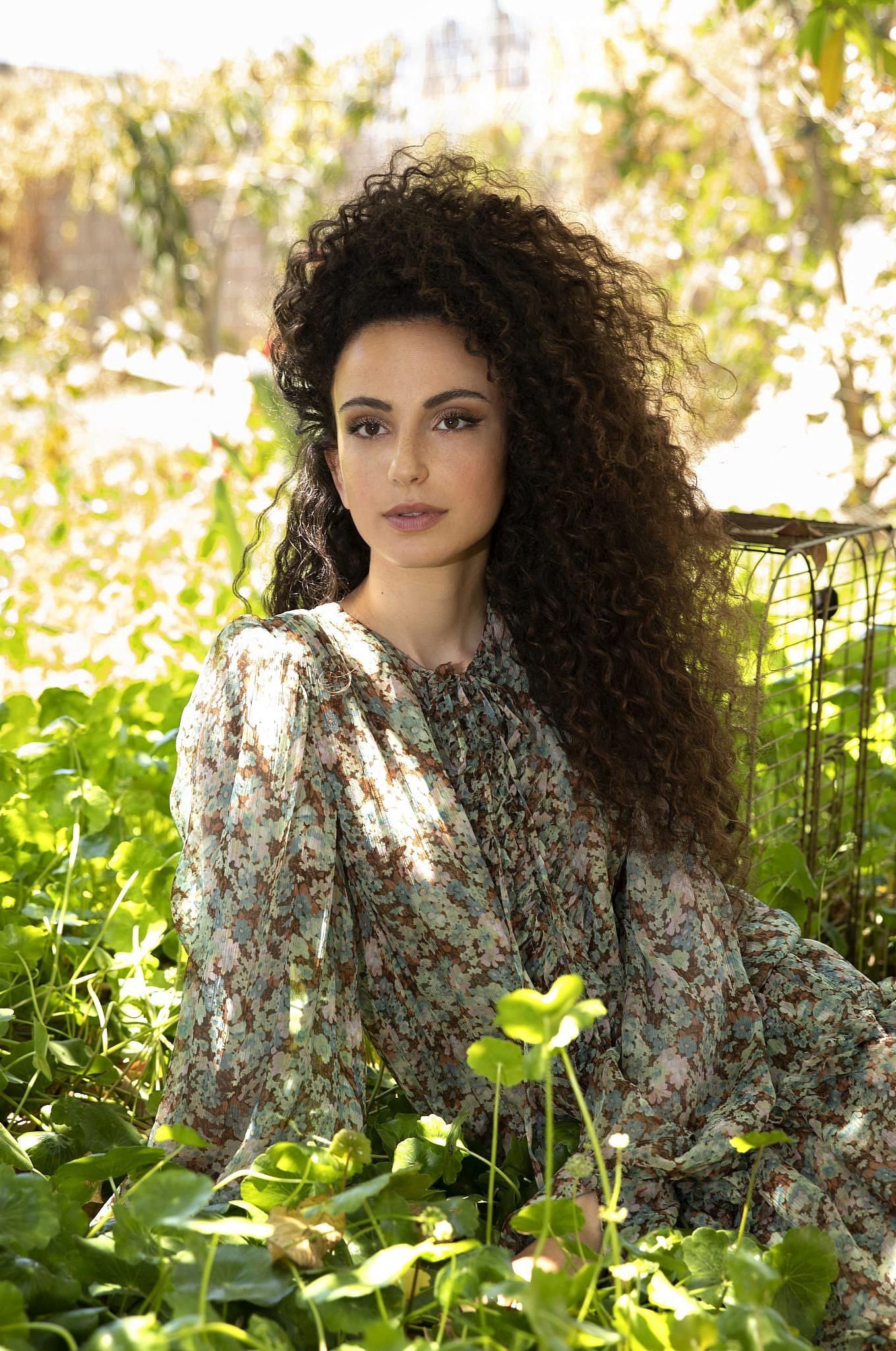 יובל דיין לובשת שמלה של סטלה מקרתני לאמור | צילום: עדי אורני, סטיילינג: מיקי ממון