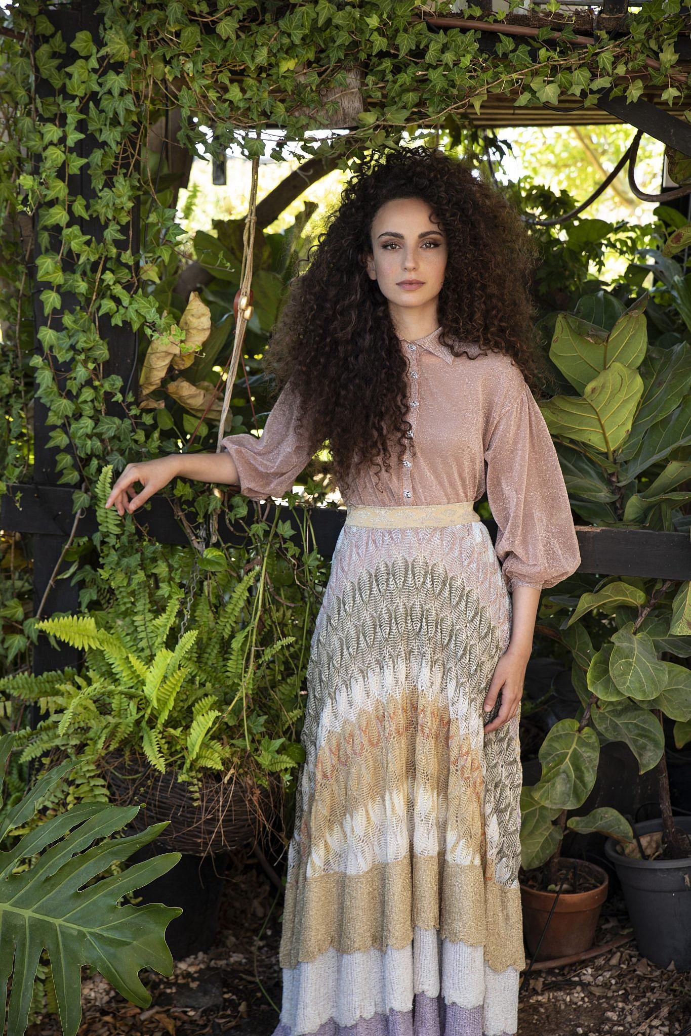 יובל דיין לובשת טופ וחצאית של מיסוני לאמור | צילום: עדי אורני, סטיילינג: מיקי ממון