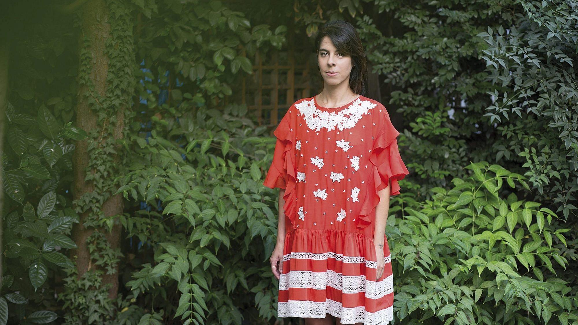 שמלה מאנוש בנומרו 13, עגילים אלדו, שרשרת וטבעת אוסף פרטי | צילום: זהר שטרית | סטיילינג: אלישבע ריוח
