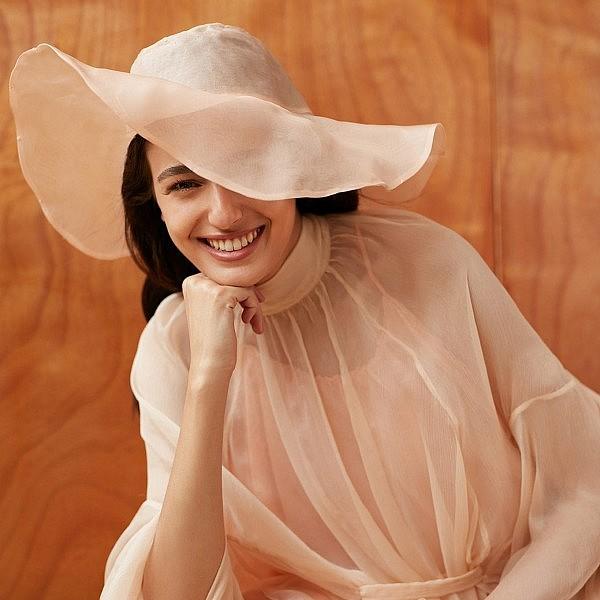 לוסי איוב בשמלה וכובע של נופר רפאלי מפרויקט הגמר בשנקר | צילום: דודי חסון, סטיילינג: סיון חימי