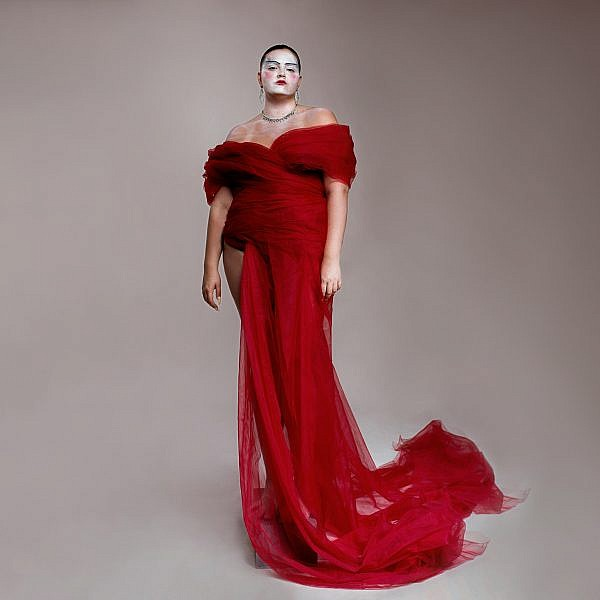דפנה שילון | צילום: זוהר שטרית ל ArtBook, ארט דיירקטור: אלון ליבנה. שמלה אלון ליבנה דיגום חופשי, תכשיטים קרן וולף
