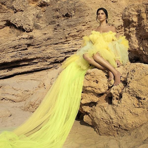 מגי אזרזר בשמלה של שחר אבנט | צילום: דניאל קמינסקי, סטיילינג: חיה וידר
