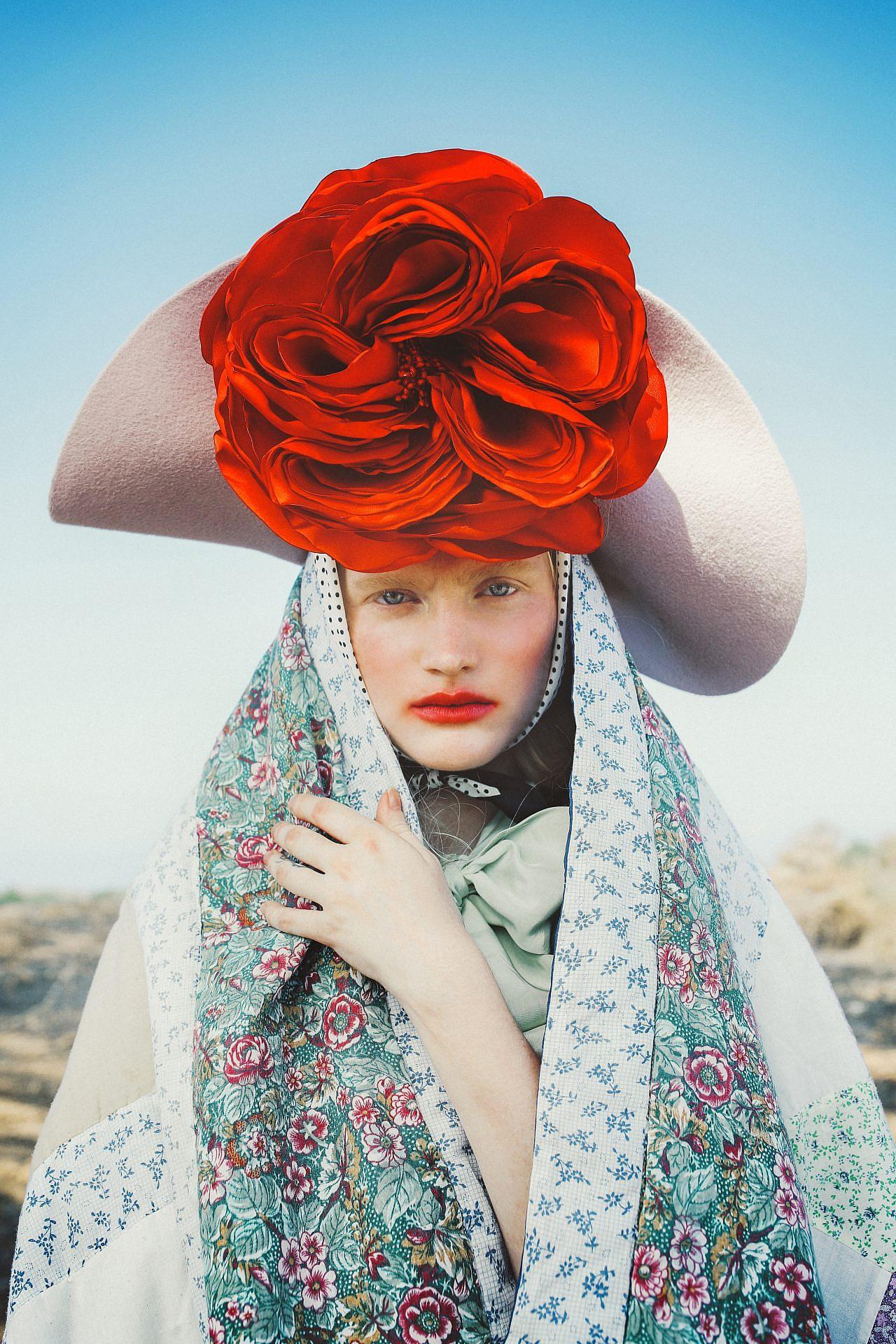 צילום: אלה אוזן, סטיילינג: חיה וידר. חולצה קשירת פפיון -זארה, חולצת סריג פנדי באמור, מטפחת אלדו, כובע -אורית אביעזר , אקססורי פרח אדום -הדר שבח לשנקר
