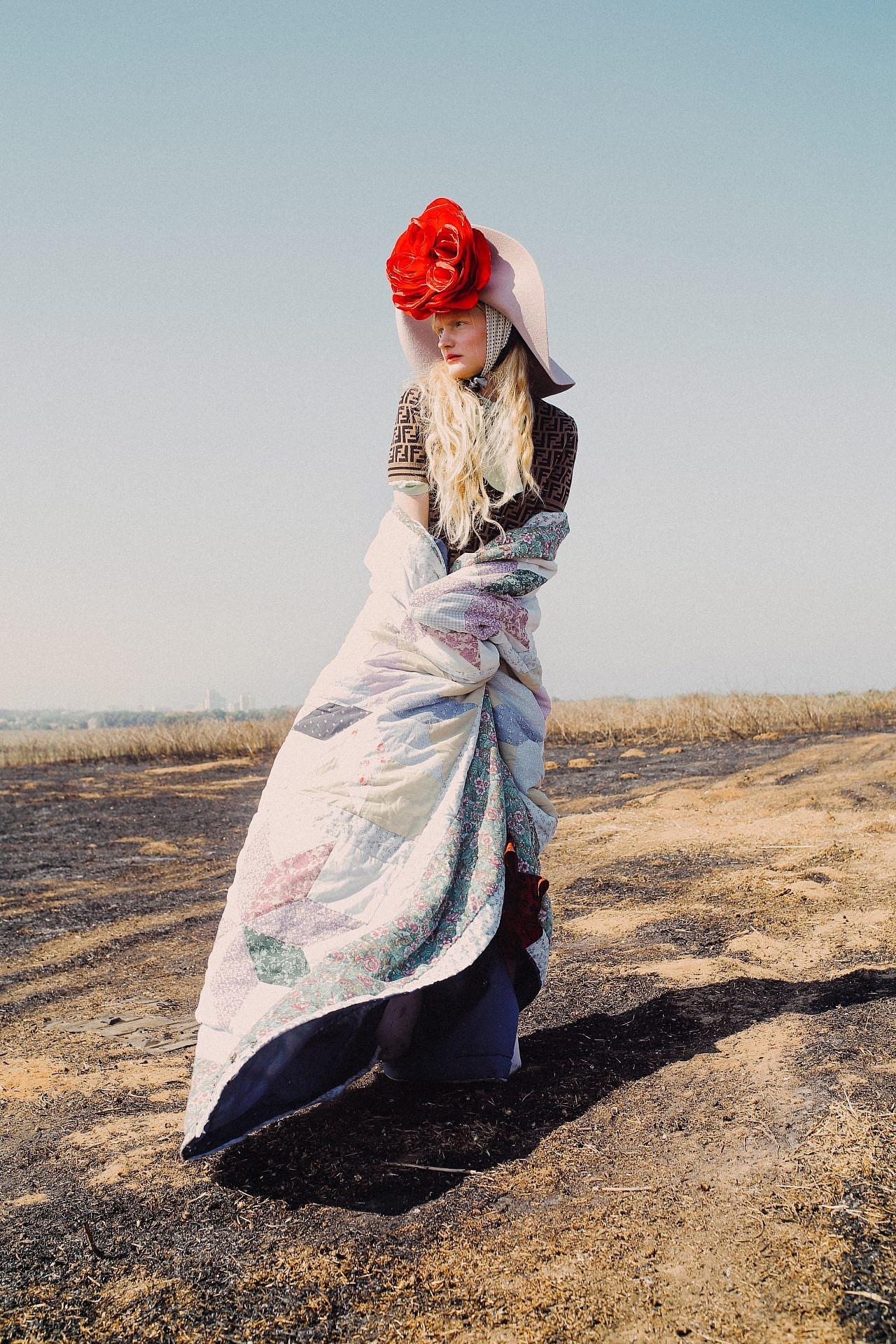 צילום: אלה אוזן, סטיילינג: חיה וידר. סריג פנדי באמור, חצאית -טופשופ, גרביונים זוהרה, מטפחת אלדו, כובע -אורית אביעזר , אקססורי פרח אדום -הדר שבח לשנקר