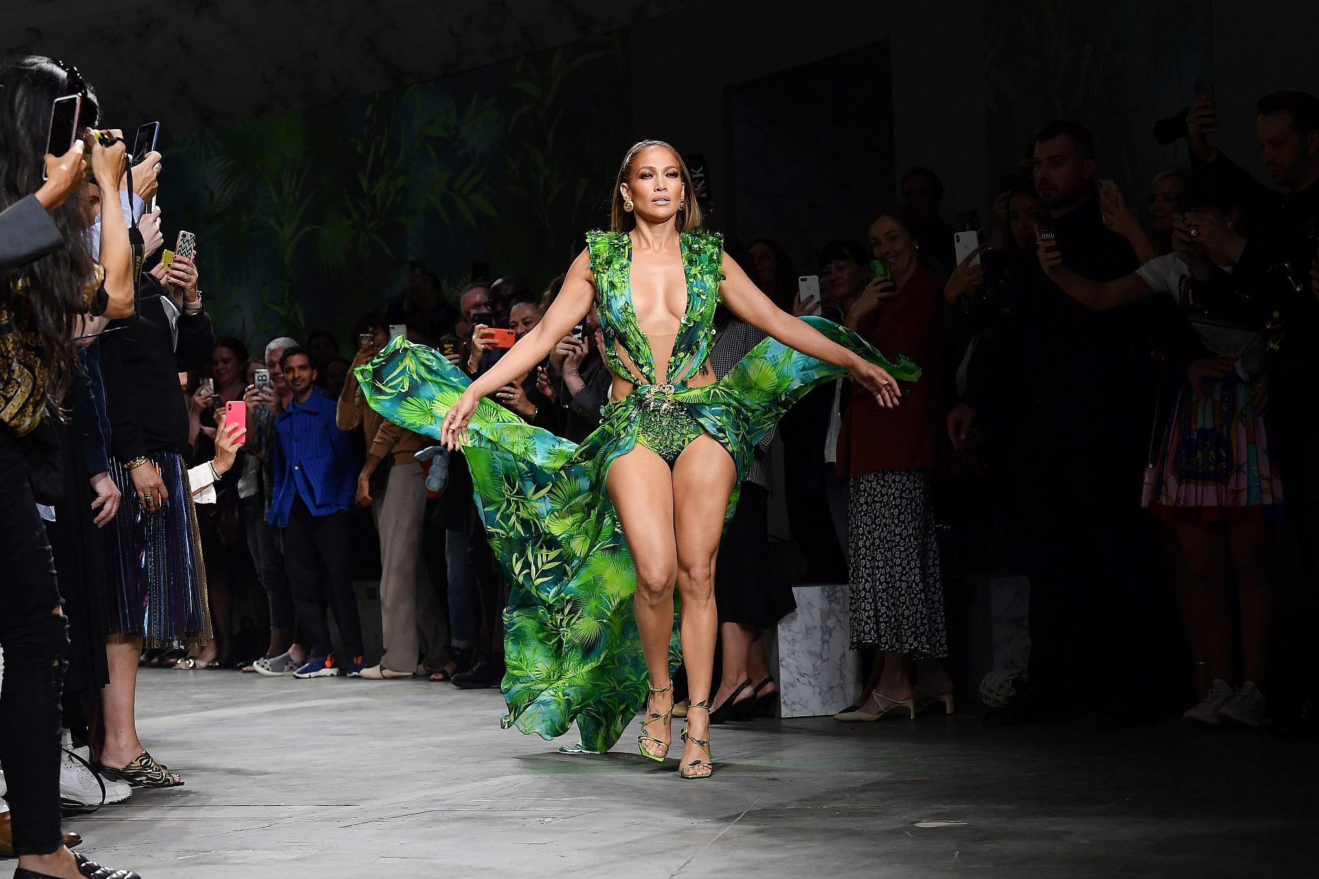 ג'ניפר לופז בתצוגה של ורסצ'ה, שבוע האופנה מילאנו 2019 | צילום: Jacopo Raule/GettyImages