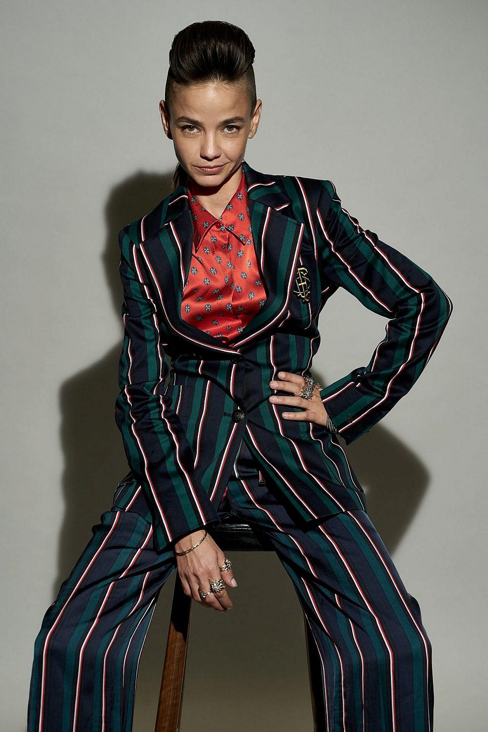 בת חן סבג | צילום: רון קדמי, סטיילינג: מזל חסון. חליפה טומי הילפיגר, חולצה L'Agence , תכשיטים ה. שטרן