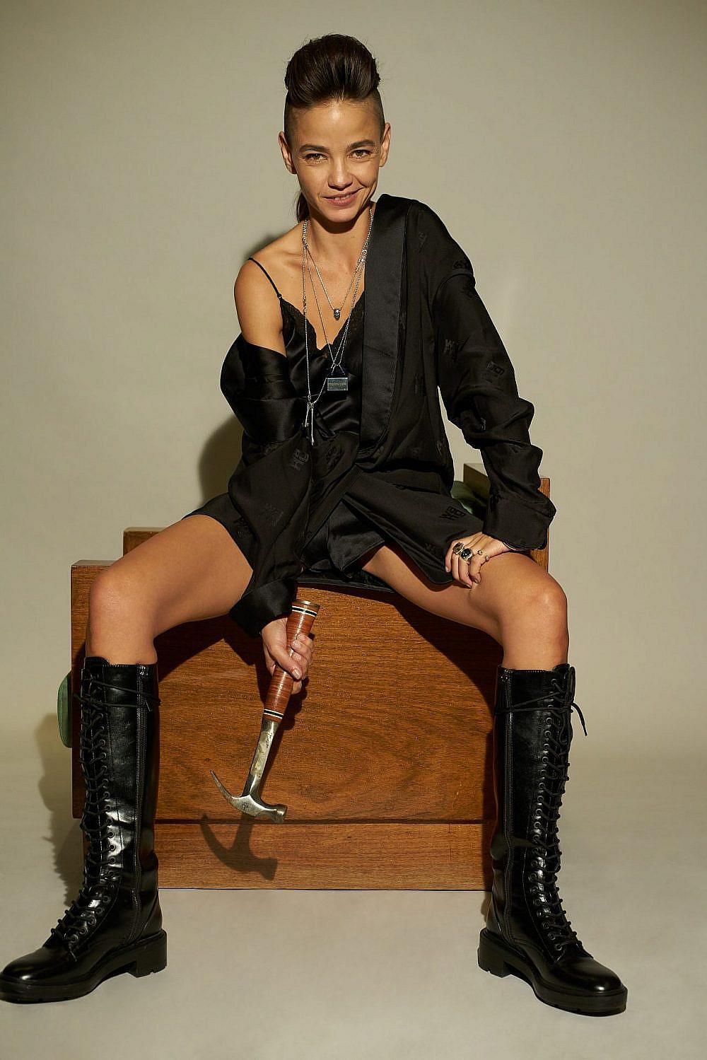 בת חן סבג | צילום: רון קדמי, סטיילינג: מזל חסון. שמלה אלכסנדר וונג ב-VERNER, מגפיים זארה, תכשיטים Yoyo 23