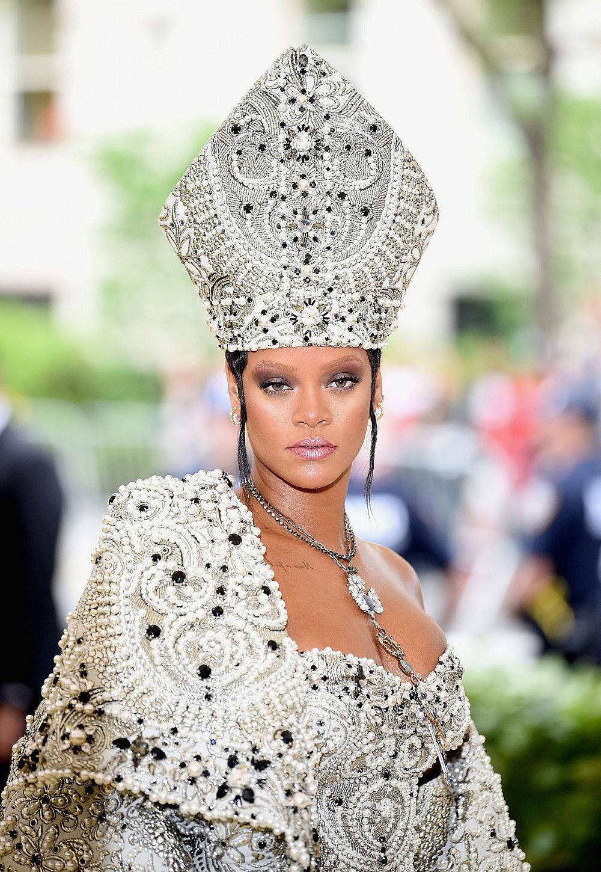 הלוק המקורי, ריהאנה במחווה אופנתית לאפיפיור   צילום: GettyImages/Jason Kempin