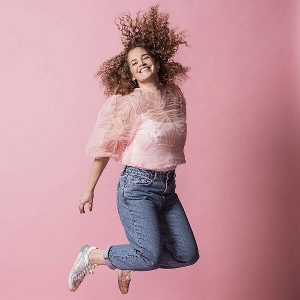 קרן אלאלוף שרעבי | צילום: איליה מלניקוב, סטיילינג: קטי קרמר. חולצה זארה, גופיה H&M, עגילים Jennifer Fisher, ג'ינס טופשופ, נעליים אוסף פרטי