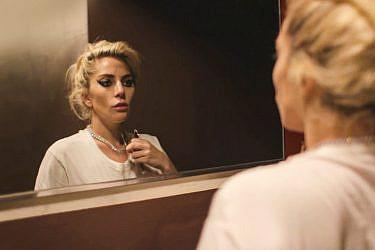 אמיצה: ליידי גאגא מתמודדת עם פיברומיאלגיה   מתוך הסרט הדוקומנטי Five Foot Two של נטפליקס