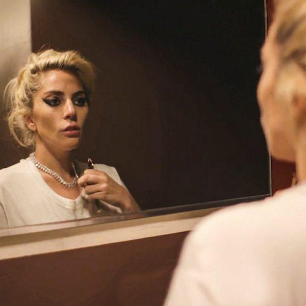 אמיצה: ליידי גאגא מתמודדת עם פיברומיאלגיה | מתוך הסרט הדוקומנטי Five Foot Two של נטפליקס