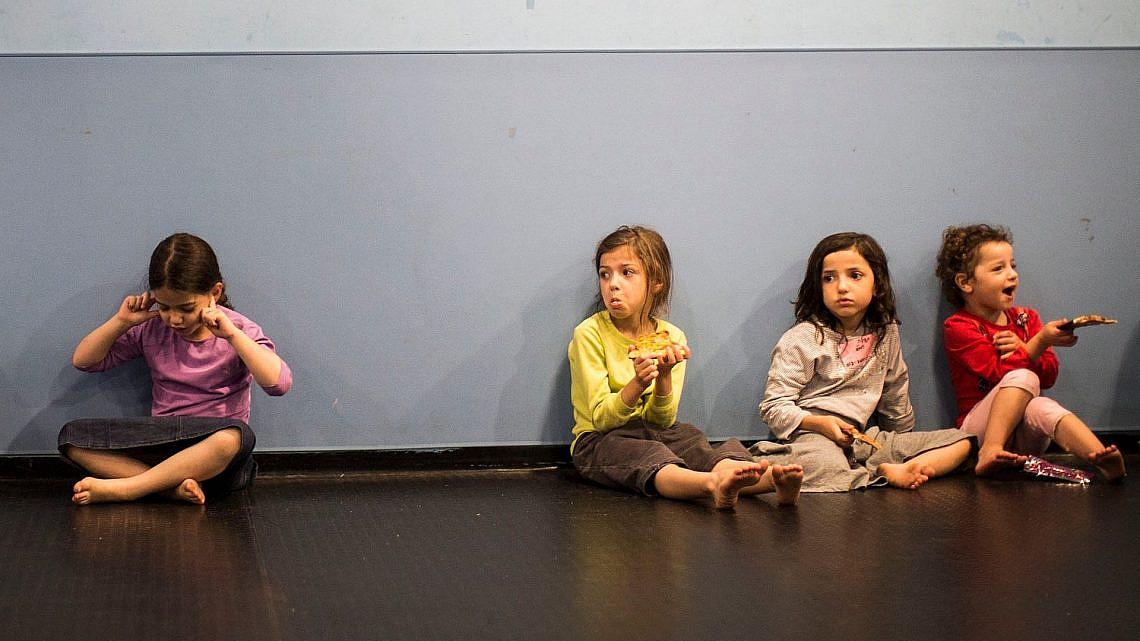 ילדים בזמן האזעקה | צילום: Ilia Yefimovich/Getty Images