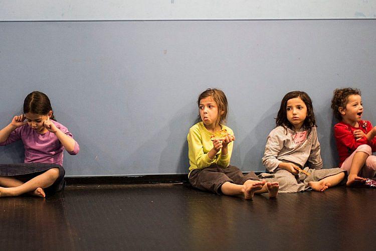 ילדים בזמן האזעקה   צילום: Ilia Yefimovich/Getty Images