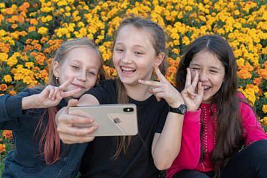 ילדות ברוסיה מצטלמות לטיקטוק. למצולמות אין קשר לכתבה   צילום אילוסטרציה: shutterstock