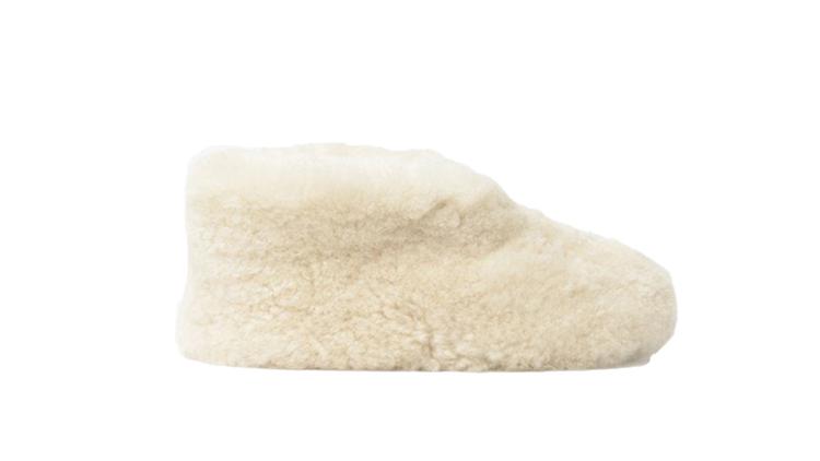 "ulla slippers, עשויות צמר שירלינג ובתיאורן באתר goop כתוב שלנעול אותן זה כמו ללכת על עננים. 195 דולר באתר goop.com | צילום יח""צ"