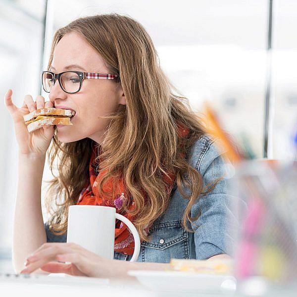 סנדוויץ' טונה במשרד??? איפה ההתחשבות? | צילום: Shutterstock