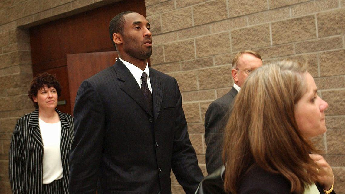 קובי בראיינט ועורכת דינו עוזבים את אולם בית המשפט בקולורדו, 2004 | צילום: Karl Gehring-Pool/Getty-Images