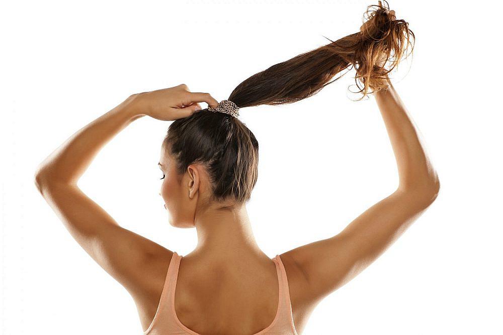 מתיחה יומיומית של השיער לקוקו הדוק עלולה לגרום לנשירה. צילום: Shutterstock