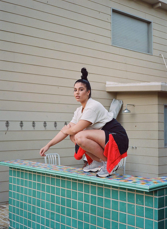 שי לובשת חולצת אמריקן וינטג', נעליים נייקי וסווטשירט מאוסף אישי | צילום: מיכאל ליאני