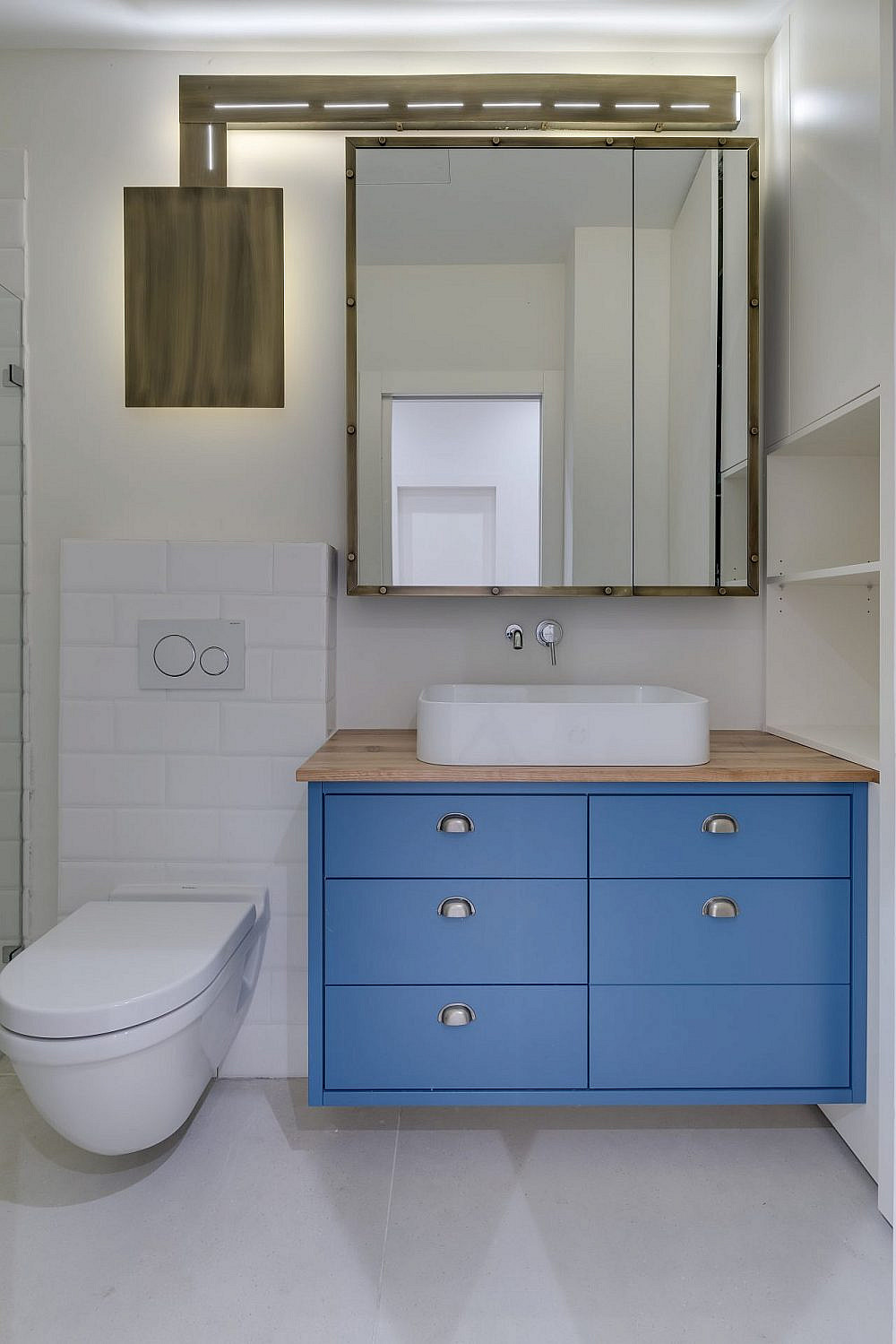 נגיעות כחול ששוברות את הצבעוניות המונוכרומטית | עיצוב ואדריכלות פנים: מיטל שחר, צילום: ליאור טייטלר