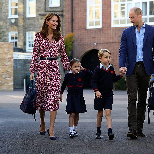 נזהרים. ג'ורג' ושרלוט יחד עם וויליאם וקייט בדרך לבית הספר | צילום: AARON CHOWN/POOL/AFP via Getty Images